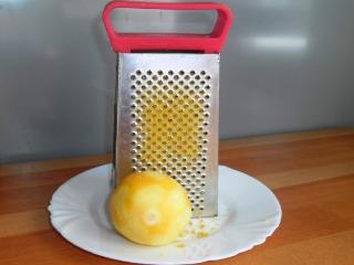 цедру лимона натереть на терке
