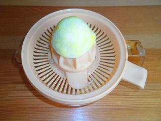 выдавить сок из лимона