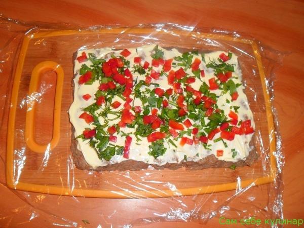 на паштет выложить нарезанный болгарский перец