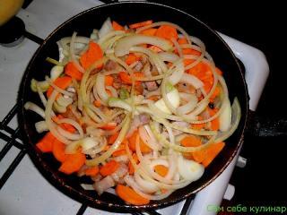 обжариваем  лук морковь грудинку на сковороде