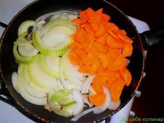 лук морковь и сало на сковороде