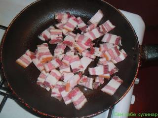 грудинка порезанная кусочками на сковороде