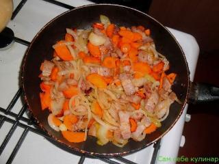 репчатый лук морковь грудинка обжаренные на сковороде