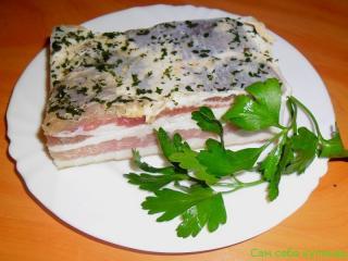 сало грудинка на тарелке зелень