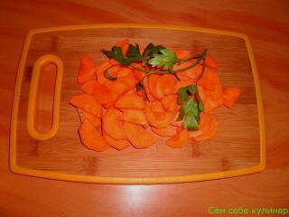 морковь нарезанная полукругом на доске