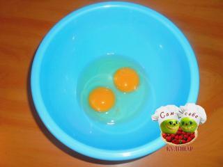 куриные яйца без скорлупы в миске