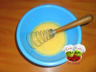 взбитые яйца в миске