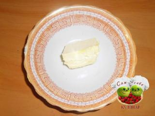 масло сливочное размягченное в тарелке