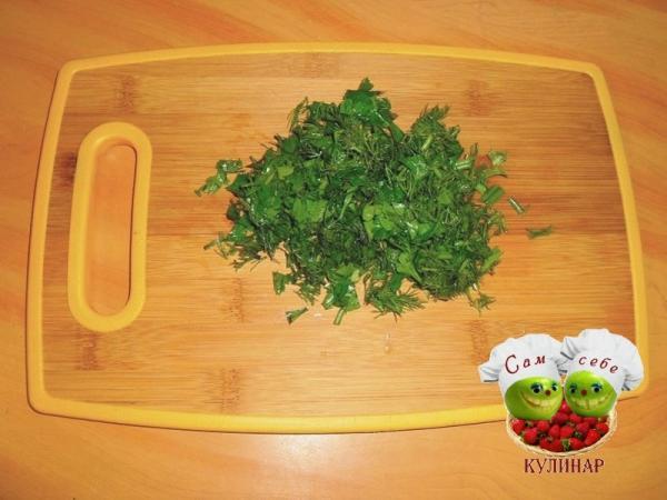 порезанная зелень укроп петрушка на доске