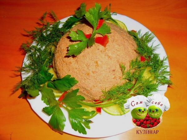печеночный паштет на тарелке с зеленью