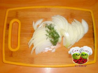 лук нарезанный полукольцами на доске