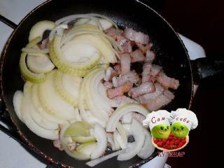 лук с салом на сковороде