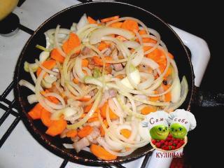 обжаренные на сковороде морковь лук сало