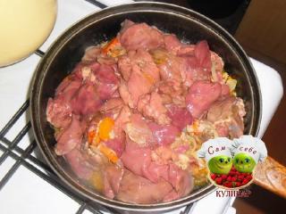 обжаренная с овощами куриная печень