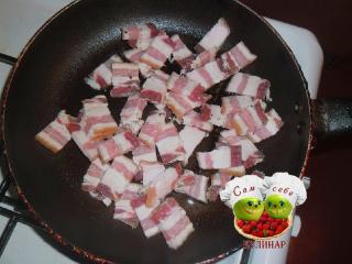 нарезанное сало на сковороде