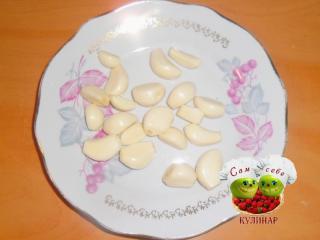 очищенный чеснок на тарелке