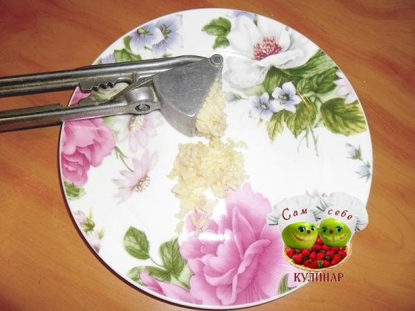 чеснок измельченный на тарелке
