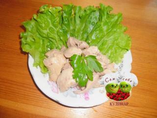печень трески на тарелке с листовым салатом
