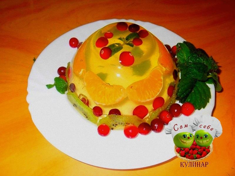 желе с ягодами мандаринами на тарелке