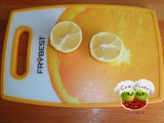 лимон разрезанный на две части