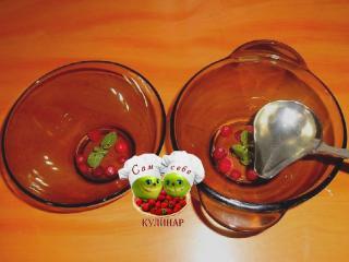 заливаем слой желе с мятой и ягодами