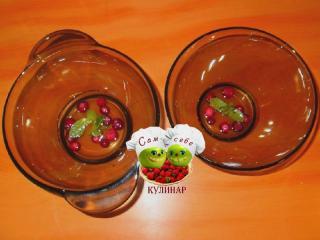 тонкий слой желе с ягодами