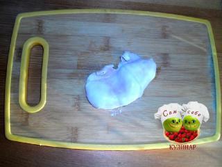 кальмар отваренный на разделочной доске