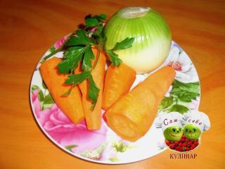 морковь и лук очищенные на тарелке