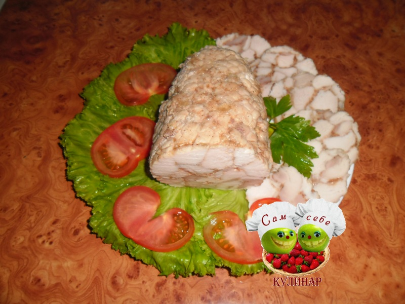 куриный рулет нарезка на тарелке помидоры листья салата