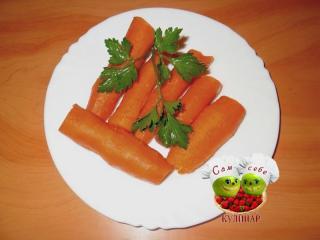 морковь отварная очищенная на тарелке