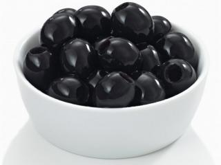 маслины без косточек в тарелке
