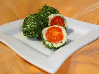 шарик из сыра в укропе с помидором черри внутри в разрезе