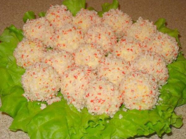 сырные шарики на блюде