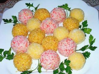 шарики из сыра на тарелке ассорти