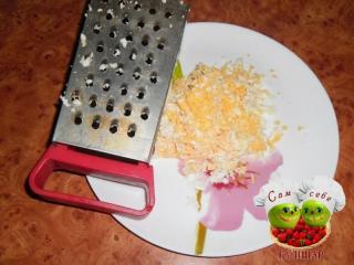 яйца натертые на тарелке