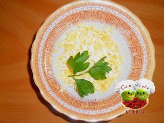 натертые яйца в тарелке