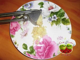 измельченный чеснок на тарелке