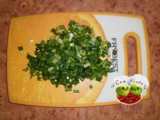 лук зеленый нарезанный на доске