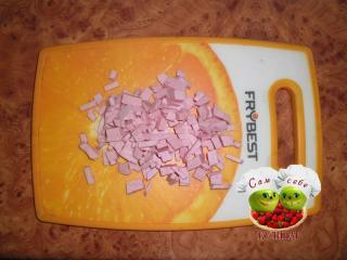 колбаса порезанная кубиками на доске