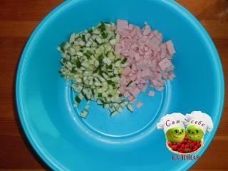 колбаса и огурцы нарезанные кубиками в миске