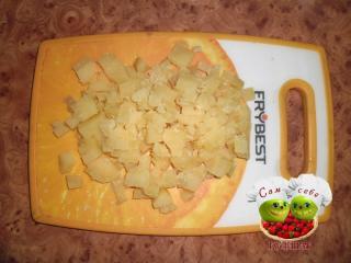 картошка нарезанная кубиками на доске