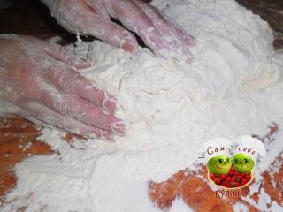 тесто для вареников вымешиваем руками