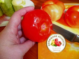 помидор в руках