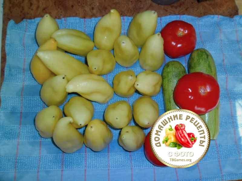 перец болгарский белый, кабачки цуккини и помидоры помытые на полотенце