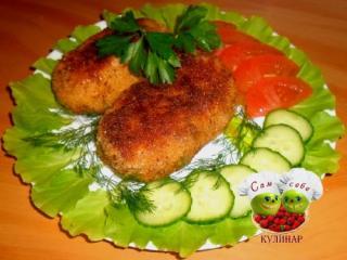 котлеты на тарелке салат помидоры зелень