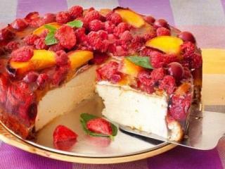 чизкейк с ягодами и фруктами на тарелке
