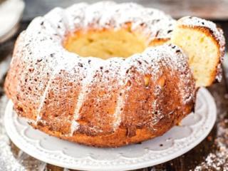 кекс творожный на тарелке