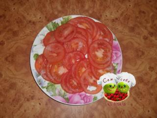 нарезанные помидоры на тарелке