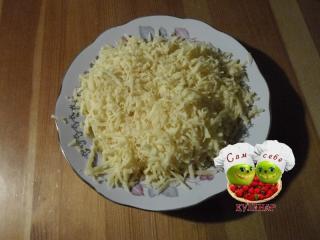 сыр натертый на тарелке
