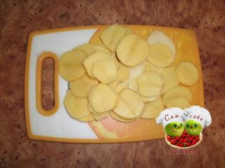 картошку режем кружочками